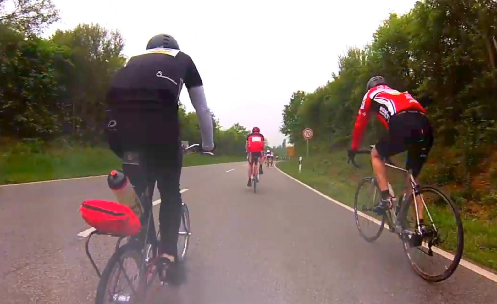 """Rusty Hinge zeigt sein 20 Zoll Hinterrad einem Rennradler bei """"Rund um den Finanzplatz Eschborn-Frankfurt"""""""