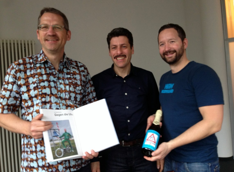 Velothon überreicht Buch und Champagner an Pfälzer Klappverein